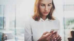 Portret młoda biznesowa kobieta jest ubranym białą koszula używać nowożytne smartphone ręki Dziewczyn sms wiadomości działania te Zdjęcie Royalty Free