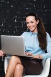 Portret młoda biznesowa kobieta patrzeje kamerę Zdjęcia Royalty Free