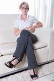 Portret młoda biznesowa kobieta z szkłami Zdjęcia Royalty Free
