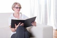 Portret młoda biznesowa kobieta z szkieł czytać Zdjęcia Stock