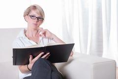 Portret młoda biznesowa kobieta z szkieł czytać Obrazy Stock