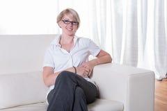 Portret młoda biznesowa kobieta z szkieł słuchać Obraz Royalty Free
