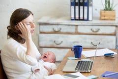Portret młoda biznesowa mama ma migrenę przez płaczu Obraz Stock