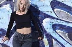 Portret młoda blond dziewczyna z krótkim włosy na tle o zdjęcia royalty free