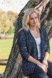 Portret młoda blond kobieta z rękami w ona podołek Zdjęcia Royalty Free