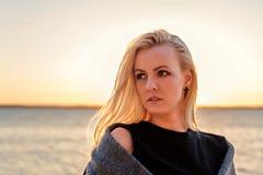 Portret młoda blond kobieta z zmierzchem na tle i światłem słonecznym w jej włosy obrazy royalty free