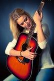 Portret młoda blondynki gitary gracza kobieta Fotografia Royalty Free