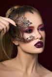 Portret młoda blondynki kobieta z przyjęcie maską Zdjęcie Royalty Free
