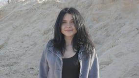 Portret młoda brunetki kobieta plenerowa na piaska tle zbiory