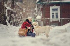 Portret młoda caucasian kobieta w rosjanina stylu na silnym mrozie w zima śnieżnym dniu Rosjanin wzorcowa dziewczyna Zdjęcia Stock