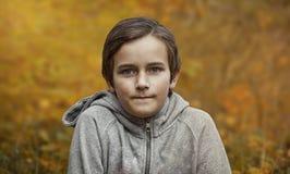 Portret młoda chłopiec w lesie w jesieni Fotografia portret dzieciak Zdjęcia Stock