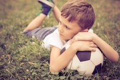 Portret młoda chłopiec z piłki nożnej piłką Obraz Stock