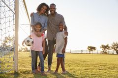 Portret młoda czarna rodzina podczas meczu futbolowego fotografia royalty free