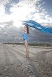 Portret młoda dama z długim błękitnym materiałem obraz royalty free