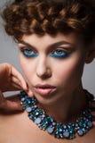 Portret młoda dama z warkoczem i kreatywnie makijaż na gr Fotografia Stock