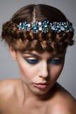 Portret młoda dama z warkoczem i kreatywnie makijaż na gr Fotografia Royalty Free