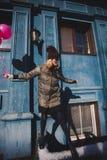 Portret młoda dziewczyna ma zabawy plenerową wiosnę Zdjęcie Royalty Free