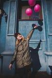 Portret młoda dziewczyna ma zabawy plenerową wiosnę Fotografia Royalty Free