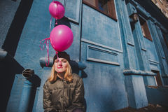 Portret młoda dziewczyna ma zabawy plenerową wiosnę Obraz Royalty Free