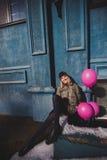 Portret młoda dziewczyna ma zabawy plenerową wiosnę Obrazy Royalty Free