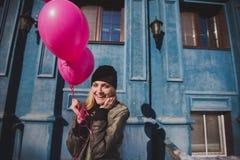 Portret młoda dziewczyna ma zabawy plenerową wiosnę Zdjęcia Stock
