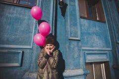 Portret młoda dziewczyna ma zabawy plenerową wiosnę Zdjęcia Royalty Free