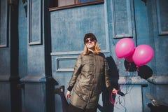 Portret młoda dziewczyna ma zabawy plenerową wiosnę Zdjęcie Stock