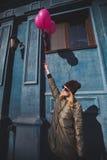 Portret młoda dziewczyna ma zabawy plenerową wiosnę Obrazy Stock