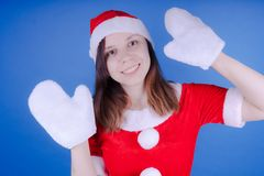 Portret młoda dziewczyna ubierał jako Święty Mikołaj na błękitnym tle Szczęśliwy nowy rok i Wesoło boże narodzenia! fotografia stock