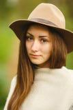 Portret młoda dziewczyna w kapeluszu fotografia stock