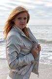 Portret młoda dziewczyna w kurtki pozyci na plaży obrazy stock