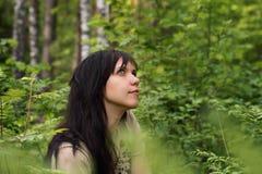 Portret młoda dziewczyna w lasowym parku wśród zielonej trawy obrazy royalty free