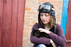 Portret młoda dziewczyna w pilotowym kapeluszu i szkłach z kotem Obraz Royalty Free