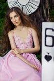 Portret młoda dziewczyna w różowej sukni jako Alice w krainie cudów Zdjęcie Stock