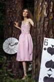 Portret młoda dziewczyna w różowej sukni jako Alice w krainie cudów Zdjęcia Stock