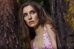 Portret młoda dziewczyna w różowej sukni jako Alice w krainie cudów Fotografia Stock
