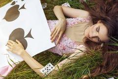 Portret młoda dziewczyna w różowej sukni jako Alice w krainie cudów Obrazy Stock