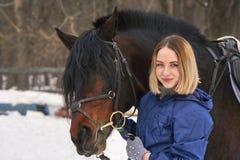 Portret młoda dziewczyna z białym włosy obok brown konia Dziewczyna trzyma konia i ono uśmiecha się Zakończenie Zdjęcie Royalty Free