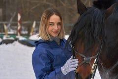 Portret młoda dziewczyna z białym włosy obok brown konia Dziewczyna trzyma konia i ono uśmiecha się Zakończenie Zdjęcia Stock