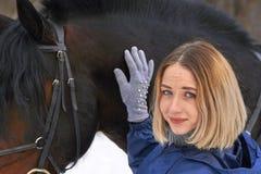 Portret młoda dziewczyna z białym włosy obok brown konia Dziewczyna trzyma konia i ono uśmiecha się Zakończenie Fotografia Stock