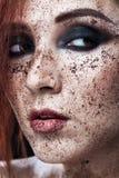 Portret młoda dziewczyna z czerwoną włosy i ziemi kawą na twarzy Fotografia z sztuki makeup Dojrzała kobieta robi kosmetyk masce Obraz Stock