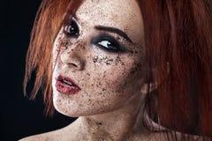 Portret młoda dziewczyna z czerwoną włosy i ziemi kawą na twarzy Fotografia z sztuki makeup Dojrzała kobieta robi kosmetyk masce  Zdjęcie Stock