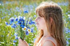 Portret młoda dziewczyna z kwiatami zdjęcie royalty free