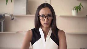 Portret młoda gniewna kobieta w pokoju zbiory wideo
