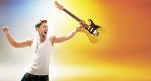 Portret młoda gwiazda rocka trzyma gitarę Obraz Royalty Free