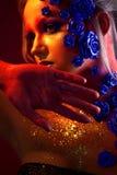 Portret młoda i atrakcyjna kobieta z sztuki makeup Ogniści kolory, błyskotliwość na twarzy i kwiecista dekoracja, Zdjęcie Stock