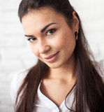 Portret młoda i piękna dziewczyna nad białym tłem Obraz Stock