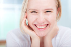 Portret młoda kobieta śliczny szczęśliwy uśmiech Zdjęcia Royalty Free