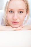 Portret młoda kobieta śliczny szczęśliwy uśmiech Zdjęcie Stock