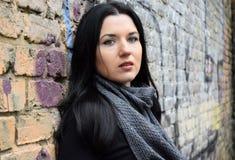 Portret młoda kobieta brunetki st tło stary ściana z cegieł znowu Obraz Royalty Free